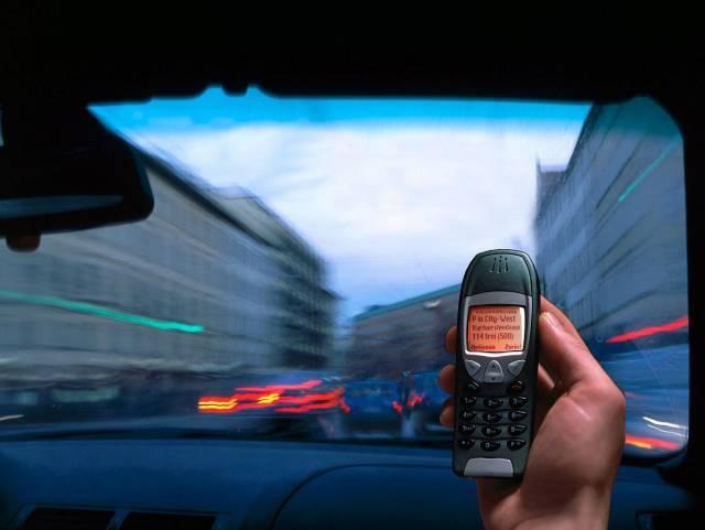 Výsledek výzkumu není zcela jednoznačný. Zprávy o škodlivosti mobilních telefonů jsou ve sdělovacích prostředcích časté a mnohdy rozporné. Rozsáhlý celostátní výzkum provedený v Dánsku byl uzavřen s tím, že mobilní telefonování nepředstavuje zvýšené nebezpečí rakoviny mozku, tedy aspoň pokud netrvá déle než deset let.