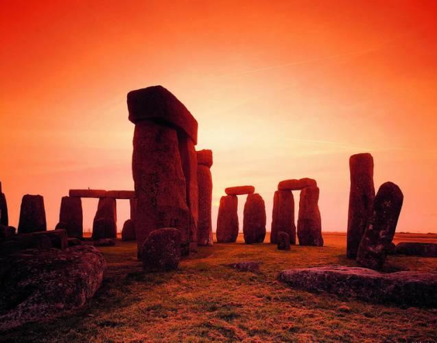 Koncem roku se britskému týmu díky nejmodernější laserové technice náhodou podařilo objevit oku zatím skryté malby ve starobylém a legendami opředeném Stonehenge, téměř 4,5 tisíce let starém kruhu z kamenů ve Wiltshire v Anglii.