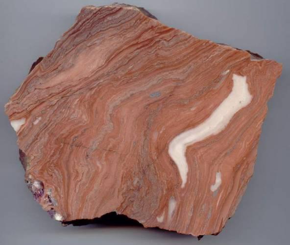 Na východních svazích vrchoviny Krumlovský les mezi Brnem a Znojmem se především v době bronzové v ohromném měřítku těžil a zpracovával místní kámen - rohovec. Nevíme však proč. Miliony kamenných úštěpků i hotových nástrojů nikdo neodnášel.
