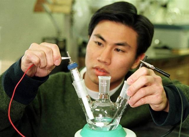 Americko-řecký tým z University of Minnesota a Patraské univerzity zhotovil z rhodia a oxidu ceritého katalyzátor, který rozkládá na vzduchu ethanol na vodík a oxid uhličitý.