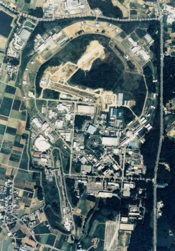 Experimentální skupina Belle detektoru na urychlovači elektron-pozitronových vstřícných svazků KEKB v Japonsku na konci října uveřejnila zprávu o pozorování nového rezonančního stavu X(3872) při rozpadu mezonů B.