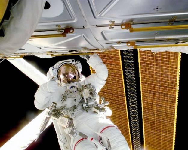 """""""Země je kolébkou lidstva – ale člověk přece nezůstává celý život v kolébce."""" Tato myšlenka K. E. Ciolkovského předznamenala celý další vývoj letů do vesmíru. První umělé družice startovaly na podzim 1957 a už 12. dubna 1961 jsme věděli, že první občan vesmíru se jmenuje Gagarin."""
