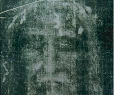 Turínské roucho, do kterého bylo podle křesťanské věrouky zahaleno mrtvé tělo Ježíše Krista, je podle nejnovějšího vědeckého testování starší, než se doposud předpokládalo.