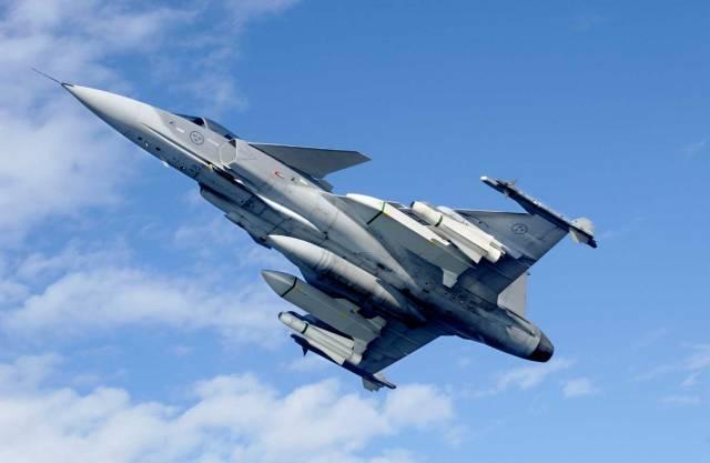 Už od dubna letošního roku nad vámi může prosvištět letoun Gripen s výsostnými znaky České republiky. Unikátní stříbřité stroje, i díky přesycení elektronikou, představují nejnovější generaci multifunkčních, v tomto případě třífunkčních letadel.