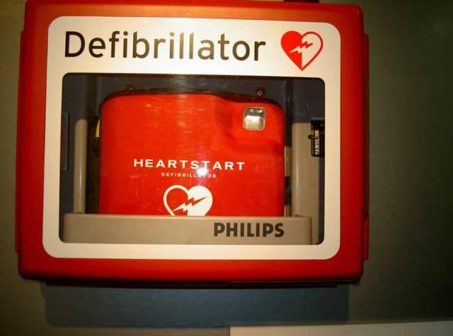 Stále větší hrozbu pro obyvatele vyspělých zemí představují kardiovaskulární onemocnění – postižení srdce a cév. Proto dnes mají doslova životodárný význam defibrilátory. Za tím nejnovějším, pro použití v domácnosti i na pracovišti, se naše redakce rozjela do nizozemského Utrechtu.