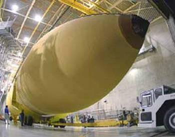 Příprava raketoplánu Discovery na vypuštění do vesmíru úspěšně pokračuje podle plánu. Stroj právě opustil výrobní hangár a pomalu směřuje k odpalovací rampě.