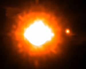 Neobvyklý úlovek zaznamenali nedávno němečtí astronomové. Vůbec poprvé totiž vyfotografovali planetu, která obíhá kolem hvězdy ležící mimo naši sluneční soustavu!