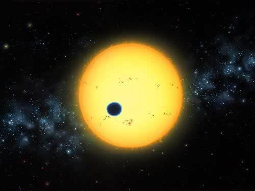 Před deseti lety byla objevena první planeta, obíhající kolem jiné hvězdy, než je naše Slunce. Dnes už těchto vzdálených exoplanet znají astronomové hodně přes stovku a hledání života v kosmických dálkách tím dostalo zcela nové dimenze.