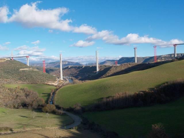 Ve výšce 270 metrů nad údolím francouzské řeky Tarn se od poloviny prosince minulého roku klene nejvyšší most světa. Svou unikátní konstrukcí překonal hned dva světové rekordy najednou - rekord v délce mostu zavěšeného na lanech a zároveň rekord ve výšce pilířů.