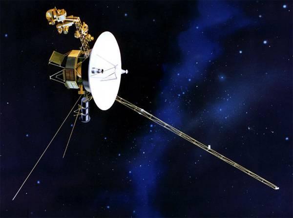 NASA právě oznámila, že její sonda Voyager 1 dosáhla hranice naší sluneční soustavy. Od Slunce už je vzdálená 14 miliard kilometrů.