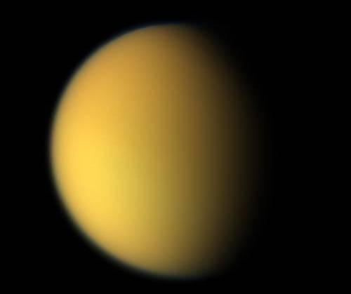 Vesmírná sonda Cassini zachytila v posledních dnech na povrchu Titanu, největšího měsíce planety Saturn, podivnou temnou skvrnu.