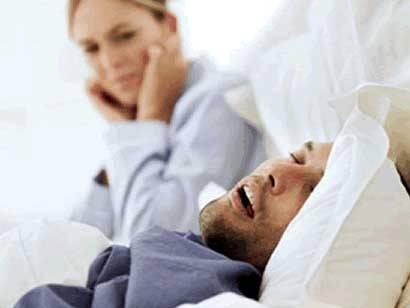 Nemůžete v noci spát, protože vás stále budí silné chrápání vašeho partnera? Britští odborníci vám teď nabízejí jednoduché řešení.