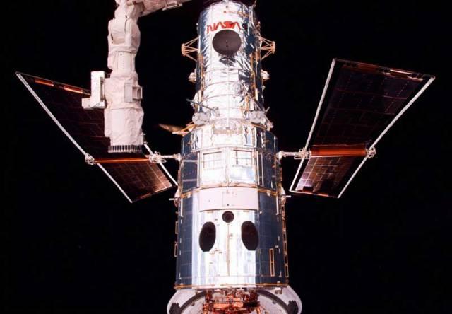Už patnáct let prolétá vesmírem patnáctimetrová umělá družice s velkým zrcadlem o průměru cca 2, 5 metru, Hubbleův vesmírný teleskop (HST).