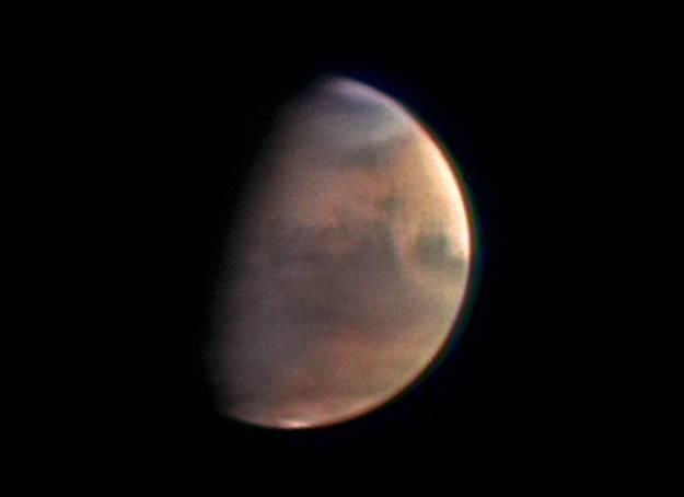 Povrch planety Mars je možná mnohem aktivnější, než se doposud předpokládalo. Vyplývá to z nejnovějších snímků, které pořídila sonda Mars Global Surveyor.