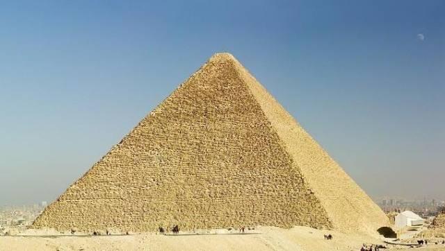 Otázka, zda se ve slavné Cheopsově pyramidě nachází faraónova hrobka, může být konečně vyřešena. V Singapuru byl vyroben robot, který by měl prozkoumat šachty v pyramidě, jejichž účel zatím není znám.