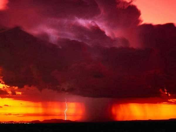 Člověka odpradávna přitahovaly záhadné přírodní jevy, které mohl pozorovat na obloze. Fascinován je jimi i moderní člověk. Ten se je ale snaží pomocí přírodních věd pochopit. Co se to tedy v atmosféře děje? Kam současná věda dospěla v jejím poznání?