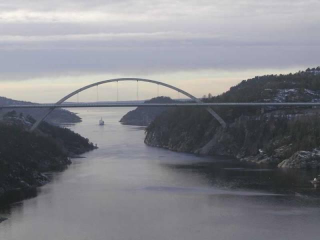 V polovině června letošního roku byl za účasti obou královských rodin slavnostně otevřen unikátní dálniční most, který nyní nově spojuje Norsko a Švédsko. Při stavbě tohoto v současnosti největšího jednoobloukového mostu světa měli své želízko v ohni i Češi.