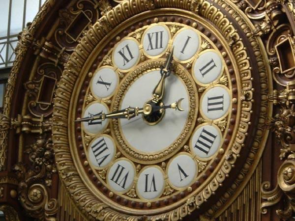 V neděli 30. října se opět změní čas a my si budeme muset ručičky našich hodinek posunout ze třetí hodiny ranní na druhou. Každý rok tato změna mezi obyvateli naší republiky vyvolává bouřlivé diskuse, zda má skutečně smysl.