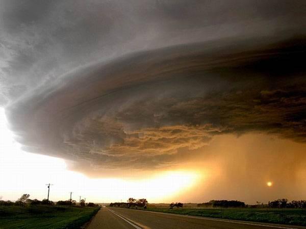 Ve chvíli, kdy otevíráte 21. STOLETÍ  a čtete tyto řádky, řádí na celém světě asi 1800 bouřek. Ty jsou zpravidla doprovázeny jedinečnými, ale také velmi nebezpečnými jevy.Bouře nebo bouřka?