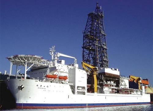 Obrovská japonská loď Čikju tento týden začala hloubit rekordní vrt. Její sonda se má dostat až 7000 metrů pod mořské dno, kde bude zkoumat příčiny zemětřesení.