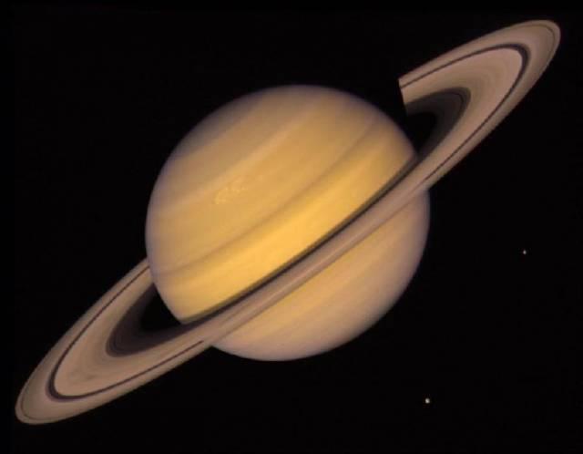 Bezoblačná noční zimní obloha láká každoročně zájemce o astronomii k pohledům na záplavu jasných jiskřivých hvězd. V letošním roce je ale zimní nebe doplněno ještě čtyřmi jasnými planetami. Večerům vládne načervenalý Mars, nad ránem se stále časněji na východě objevuje nepřehlédnutelný Jupiter a za ranního svítání i planeta Venuše.  Skutečnou dominantou vrcholící zimy je ale planeta Saturn.