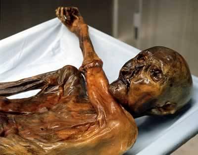 Asi nejslavnějším člověkem z doby kamenné je alpský lovec Ötzi. Proslavil se především díky tomu, že jeho mrtvola zmumifikovala. Ötziho tělo ovšem vydává další tajemství.