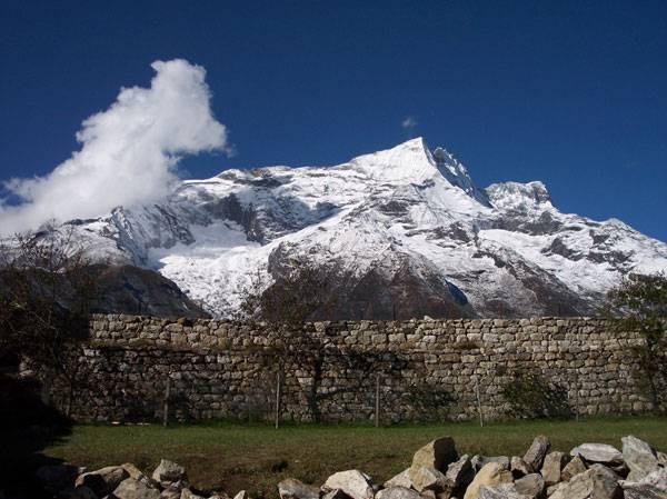 Nadmořská výška 8 848 metrů byla po léta vtloukána do hlavy všem studentům na světě. Tam totiž mělo být nejvýše položené místo na Zemi, vrchol Mount Everestu. Učebnice a atlasy se však budou možná muset přepisovat…