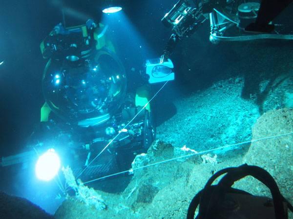 """Jak souvisí výzkum vesmíru s prací vědců zkoumajících ledovce a oceány? Odpověď hledá nové vědecké odvětví, astrobiologie. Do tajemných hlubin Pacifiku se vydal i """"oskarový"""" režisér."""