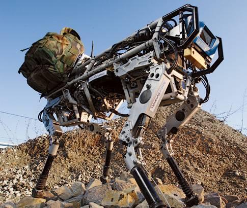 Na světě je armádní robot, který chotí po čtyřech, unese desítky kilogramů nákladu a jen tak něčeho se nezalekne.