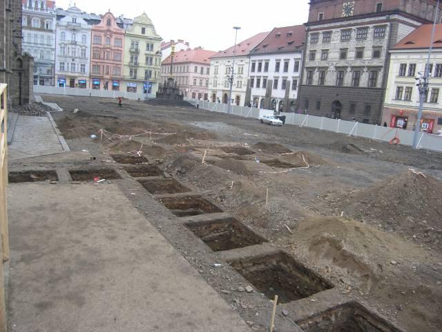 Díky rekonstrukci plzeňského hlavního náměstí, se zde mohl uskutečnit rozsáhlý archeologický výzkum. Zřejmě nejzajímavějším objevem bylo rozkrytí základů renesanční stavby městské školy.