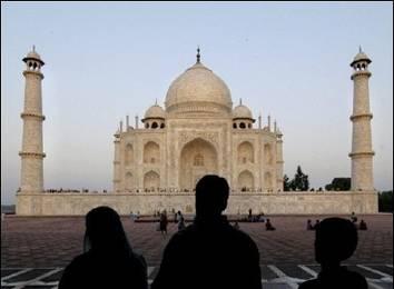 Vlna veder zabila minulý týden v Indii 60 lidí, archeologové se obávají i o osud monumentální hrobky Taj Mahal v Agře.