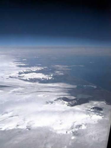 Ač je to k nevíře, první skutečné známky života na naší planetě byly nalezeny na ledovém kontinentě v usazeninových horninách Grónska. Stáří metamorfovaných uhlovodíků, které tam vědci objevili, je odhadováno na 3,8 miliard let.