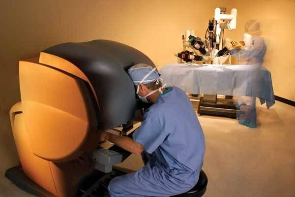 Nového pomocníka, robotický systém da Vinci 1200, mají nyní k dispozici cévní chirurgové v pražské Nemocnici Na Homolce. O první zkušenosti s unikátním přístrojem se s 21. STOLETÍM exkluzivně podělil MUDr. Petr Štádler.