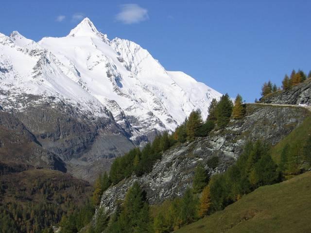 Velehory, to jsou osmitisícové štíty Himálaje, mohutný pás Alp nebo alespoň Vysoké Tatry. Kde se tu však vzaly? Jak vznikají? Rostou ještě některé? To jsou otázky, na něž 21. STOLETÍ hledalo odpověď.