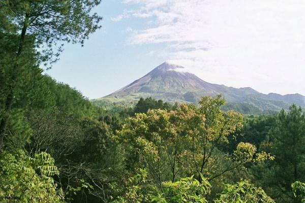 Na hustě obydleném indonéském ostrově Jáva se na sklonku léta probudila k životu sopka Merapi, která již mnohokrát v historii ukázala svou ničivou sílu.