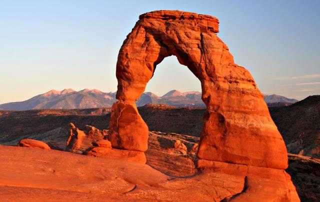Královnou skalních bran v Americe je skalní oblouk Delicate Arch, v utažském národním parku Archem. Pískovcový oblouk si titul vysloužil svým jedinečným a přírodou dokonale zpracovaným tvarem. Jako symbol státu se dokonce dostal i na poznávací značky všech vozů v Utahu.