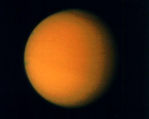 Mezinárodní družice Cassini objevila na Saturnově měsíci Titanu pohoří, jehož nejvyšší vrstvy jsou zcela bílé.