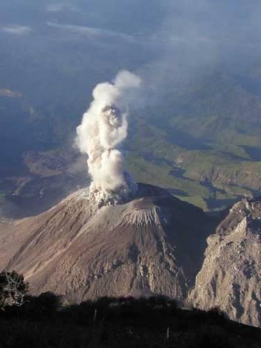 """Přes 500 (podle jiných kritérií až 1 500 ) aktivních sopek čeká v různých částech naší planety na """"svůj"""" okamžik. Vulkanologové, odhadují, že erupce by krutě postihly životní osudy až půl miliardy lidí. Vědci proto odhalují stále nová tajemství sopek, nyní hlavně v mořských hlubinách."""