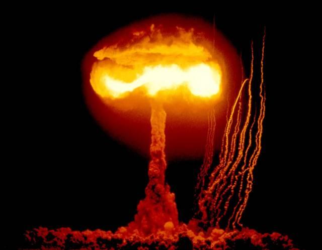 Podle vědců z organizace The Bulletin of the Atomic Scientist (BAS) ručičky symbolických hodin, které odpočítávají čas do vypuknutí jaderného konfliktu, ukazují za pět minut půlnoc.