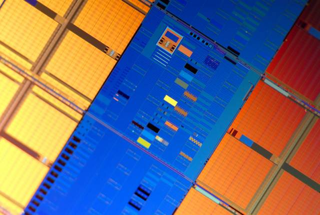 Epocha procesorů s větším počtem jader je tu. Světlo světa spatřily první prototypy procesorů s novými  45nanometrovými tranzistory.