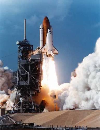 """Vynález rakety přičítáme dávným Číňanům, avšak teprve """"po Newtonovi"""" jsme se v 17. století jsme pochopili, proč a jak raketa funguje."""