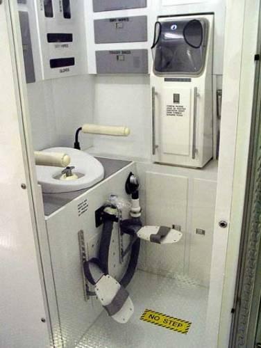 Lidské tělo si zkrátka poroučet nedá a to kosmonautovo není výjimkou. Proto se ani na palubě vesmírné stanice musí myslet na to, kam a jak na WC.