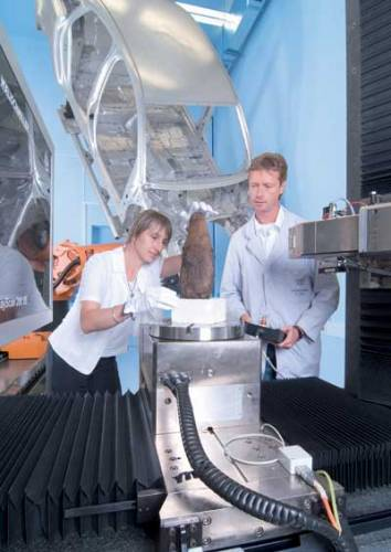 Že se průmyslové zařízení dá použít pro vědecké účely, dokázali nedávno němečtí odborníci. Místo karosérie auta zkoumali egyptskou mumii!