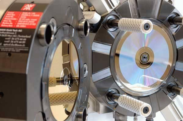 """Na jeden holografický disk se vejde tolik dat jako na 300 současných DVD. Problém je, že se na nás chystají hned dvě technologie. Najde se kompromis, nebo nás čeká """"válka"""" hologramů?"""