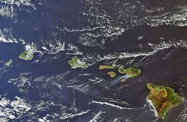 Snímek z družice ENVISAT poskytuje unikátní pohled na sopečné Havajské souostroví v Tichém oceánu.