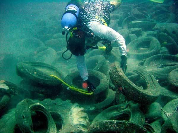 Poblíž pobřeží Floridy byl v roce 1970 vybudován umělý podmořský útes z netradičního materiálu.