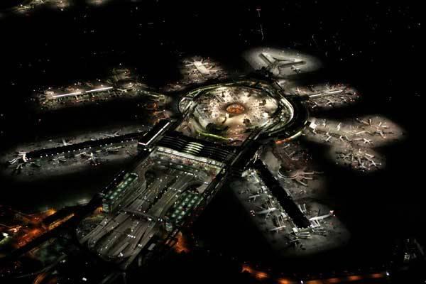 Velmi působivá noční fotografie zachycuje mezinárodní letiště v San Franciscu. Letiště, které je vybaveno třemi vnitrozemskými a jedním mezinárodním terminálem, bylo otevřeno již v roce 1927.