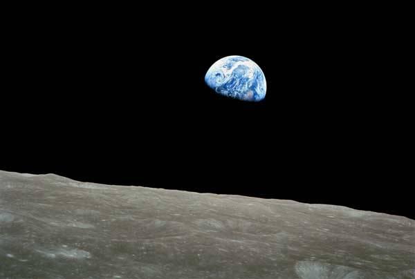 Je to už více než půl století od chvíle, kdy lidstvo vypustilo do kosmu první družici. Čtvrtého října 1957 začala nevelká koule zvaná Sputnik 1 psát kosmickou éru lidstva. Co nám těch 50 let přineslo? Změnil se nějakým závažným způsobem život na naší planetě? Zcela jistě ano. Vydejme se nyní na malou exkurzi po padesáti nejdůležitějších aspektech, které s nástupem vesmírného věku souvisí.