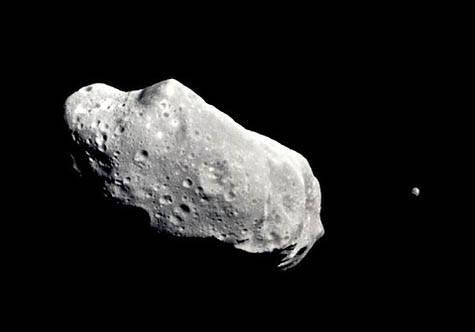 Ohromný balvan, jehož průměr činí 150 až 600 metrů, prolétne v noci z úterý na středu kolem Země.