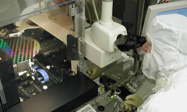 """Jako jediná česká redakce, se mohlo 21. STOLETÍ podívat se společností Intel do její supermoderní """"kuchyně"""" nejvýkonnějších počítačových technologií. Nahlédneme do izraelské továrny ve městě Kiryat Gat, která  používá 45nm výrobní technologii a vyrábí 300 mm křemíkové desky pro počítačové procesory."""